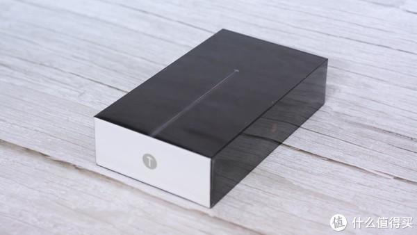 ▲包装盒采用了比较简约的设计,黑色为主色调,正面为手机的侧面图,包装盒2侧为锤子科技的Logo,背面为手机的一些参数