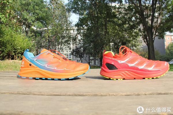 Fuga PRO的箭状颗粒相对排列提升速度与抓地力。两款鞋放在一起看,可以发现Fling的鞋间上翘弧度更大。