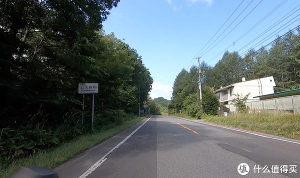 北海道最常见的大路就长这样,左侧是路肩