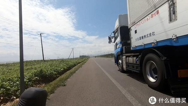 有些道路呢就有很宽的路肩可以安心骑行 但边上呼啸而过的大卡车还是让人心跳