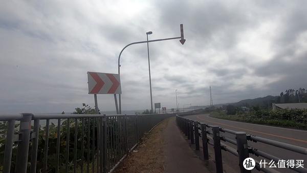 较为高等级公路的边上偶尔会出现一段半封闭的道路,但往往能骑的也就一半,另一半不是杂草丛生,就是龟裂到感觉随时都能塌方