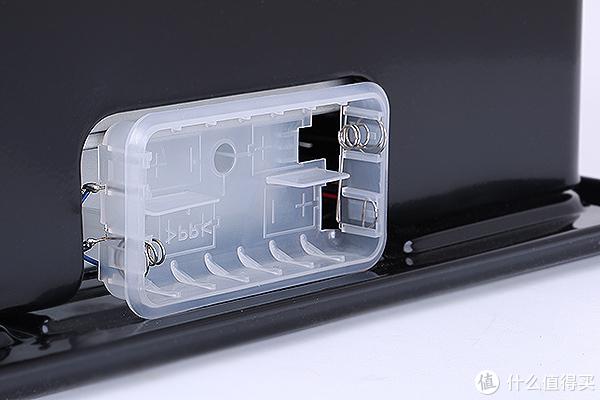 背面细节,主要部分为电池槽,电池使用机器时要注意防水防油。