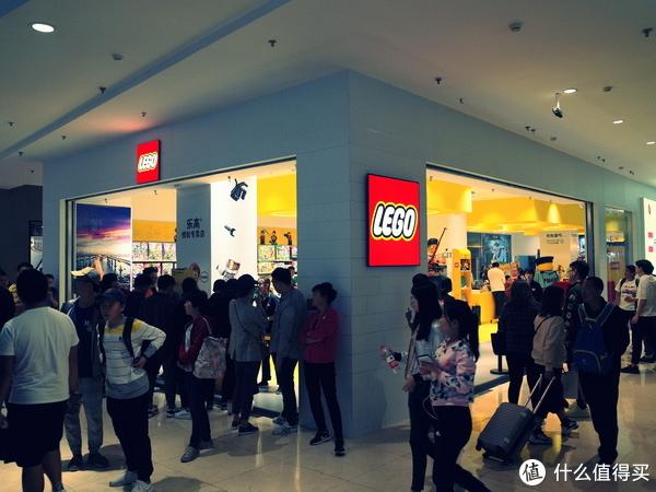 6点前,已经很多人在乐高店门口聚集了。