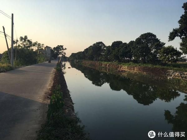 一河两岸农村景色