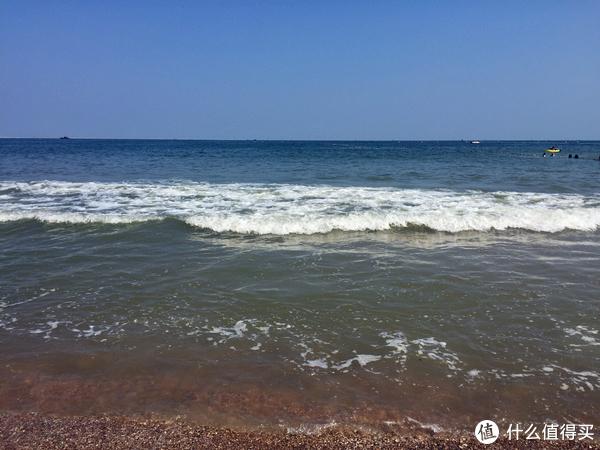 恩,脱了鞋,感受下海水。然后一个浪接一个浪,裤子卷到膝盖上方并无卵用,这下爽歪歪,鞋和裤子都湿透...