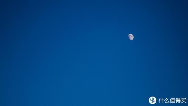 西边的太阳还没落下,这边月亮已经升起。