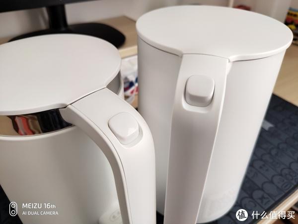 壶把,拼缝位置有细微差别。米家电水壶(右)拼缝在壶把两侧。