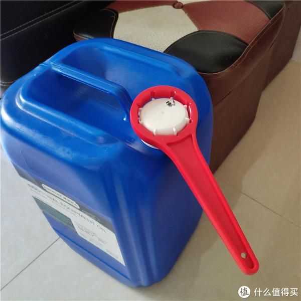 试过了,不用开桶器,单凭手劲,真的扭不动;用开桶器来打开盖子是非常明智的选择呀!!