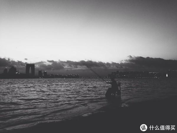 台风过后金鸡湖边的垂钓者