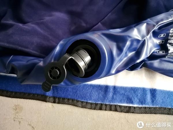 充气口是分两部分,先插进去一段内径大一点的,充气后再把塞子塞上,放气时可以连同塞子那一块一起拔下,放气更快一些