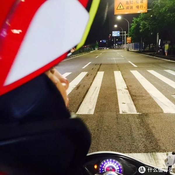 强哥骑着小踏板带我在重庆的夜晚各种压弯