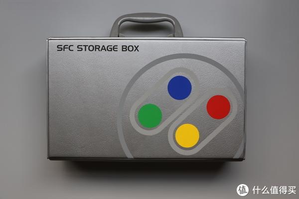 SFC定制款收纳盒,右侧经典的四色按键图案特别显眼,且表明身份