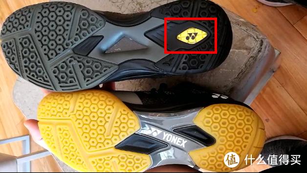 动力垫+材料里加入了富有弹性的特殊树脂,格子状的沟槽以合适的间隔和深度来排列,在保持鞋子本身轻量的同时,也提高了球鞋的反弹性和冲击吸收性。