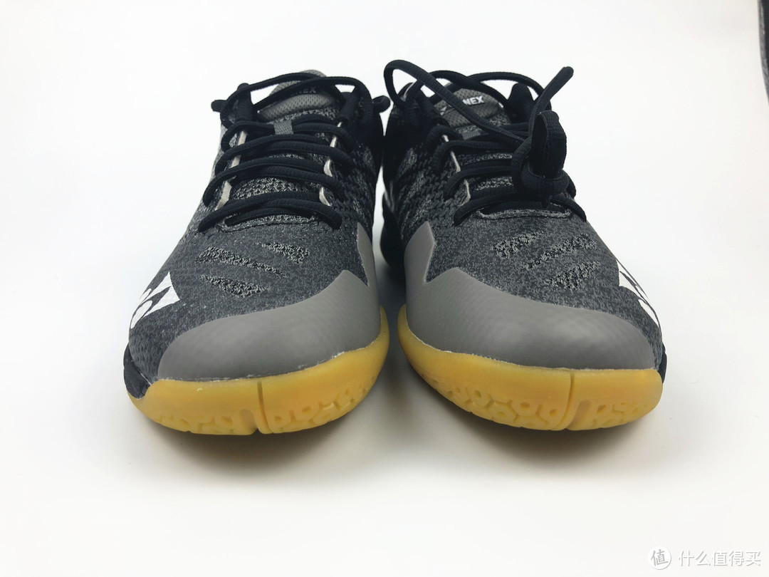 从前面看鞋子还是很修长的,但黄色、灰色、黑色的配色的确没有高配版的颜值高