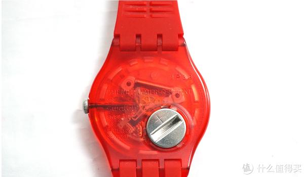 半封闭状表背,仅圆形电池盖裸露在外,这是一个非常重要的判断真假Swatch的方法