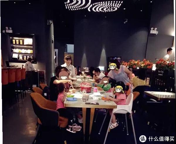 这边区域的餐桌都是圆角设计,对小朋友也挺友好