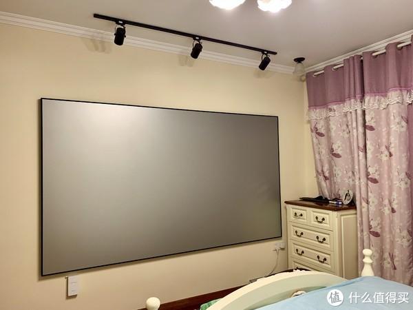 主卧是120寸超窄边框金属画框幕。