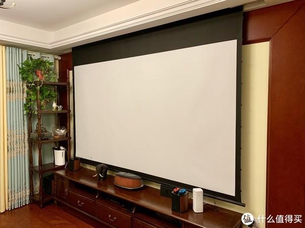 客厅是120寸电动拉线幕。