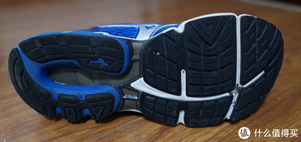 大底是黑色的X10耐磨橡胶,兼具良好的防滑与耐磨性能。