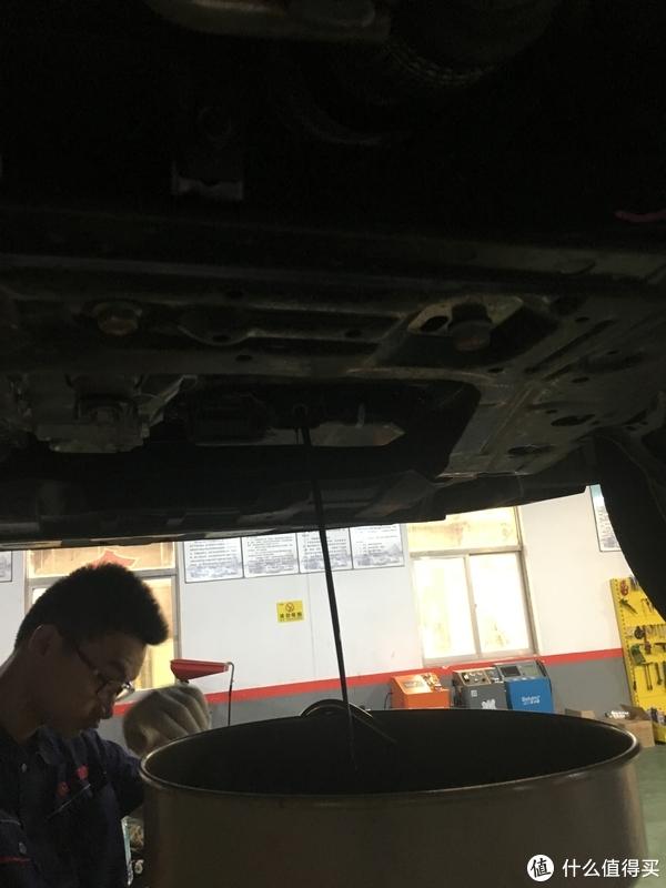 机修工在放旧机油,够黑的