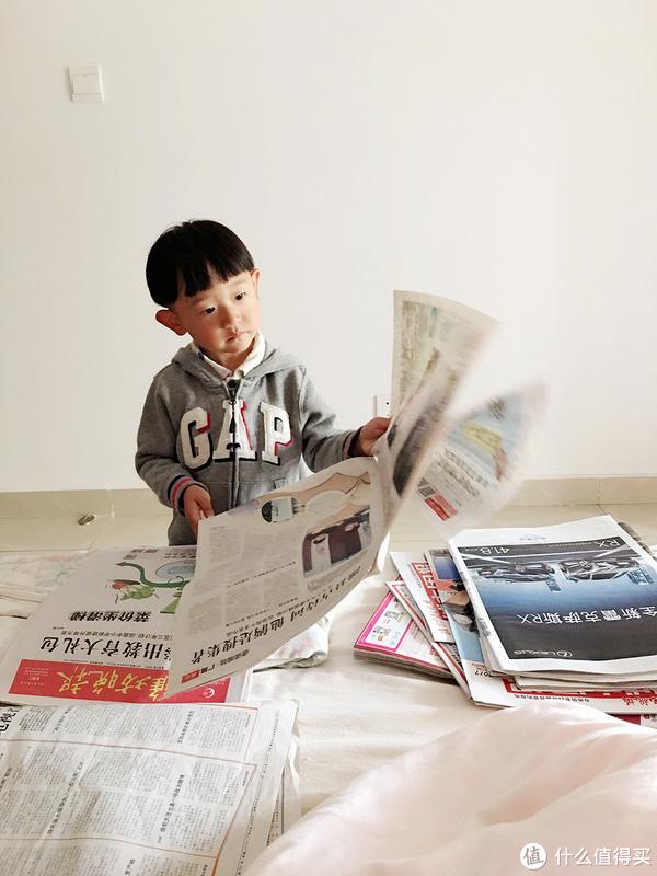 看书看报的小朋友镇楼