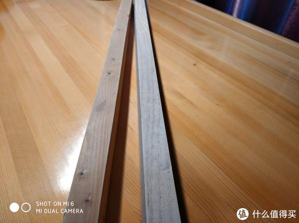 木条,别人家装修拆下来的,找我爸要的。锯成合适的长度,砂纸抛光。未上漆。