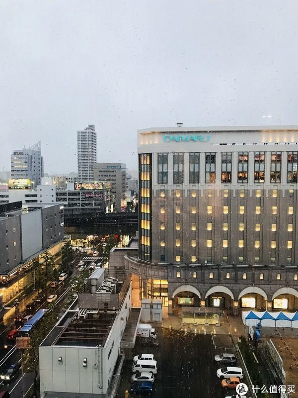 入住酒店,对面的就是大丸,右手边就是札幌车站,地理位置还是不错的,就是酒店房间太小,转身都感觉有点麻烦。