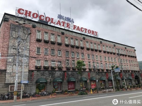 到达巧克力工厂,还是挺远的,是不是太早了,感觉空无一人的样子。由于工厂的生产线在改造,我们到的时候工厂是免费参观的,感觉嘉兴的歌斐颂巧克力工厂就是仿制这里的吧。