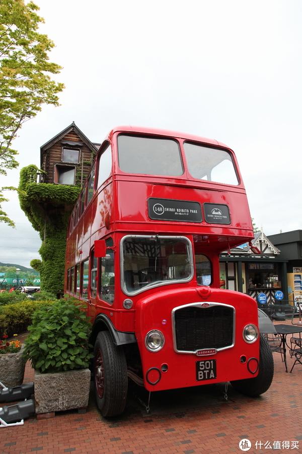 还有辆伦敦款的双层bus