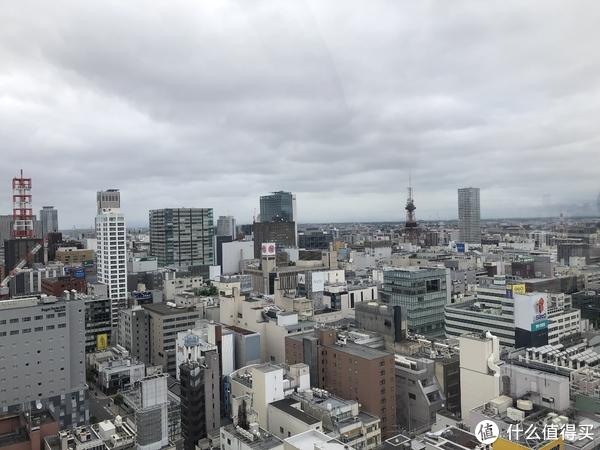 话说屋顶上的摩天轮也是第一次坐,今天的天气还算争气,没有下雨,但也是阴沉沉的,右前方红色的塔,跟东京塔好像。