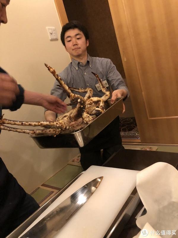 不一会服务员送我们的蟹进来了,活的欧。