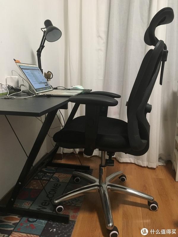 黑色椅子配黑色桌子,凑合了。如果有得选,我可能会选一套tiffany绿色,一个是因为好看,一个是绿色对眼睛也好~或者莫兰迪灰也不错。