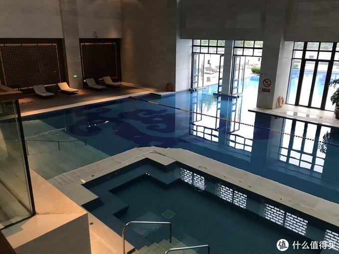 ⬆️可以直接从室内游到室外哦~ 中间这个小池子的温度偏高,大概30度,外围的池子也是恒温泳池,24度的样子