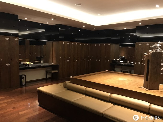 ⬆️巨大的更衣室