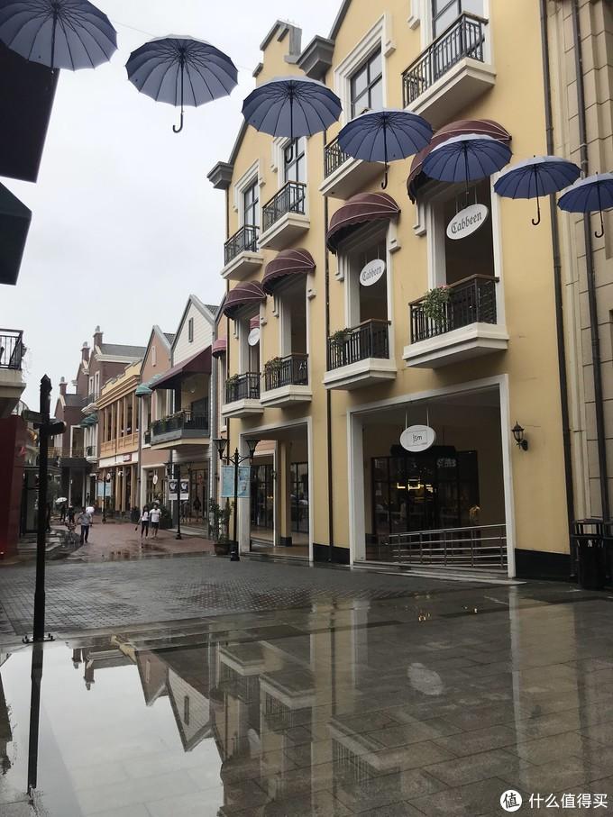 ⬆️奥特莱斯内景,当天上午有点下雨