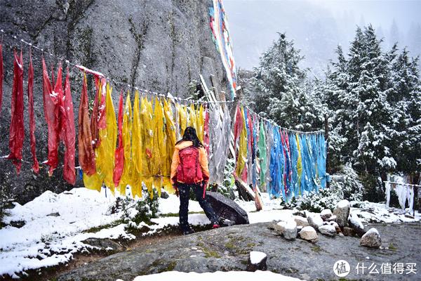 在措普沟遇到雨雪天时,背包的弹力袋很快就被淋湿,而尼龙面包上的雪水一拍就掉,但长时间还是让包内有浸透。要是搭配有防雨罩就好了