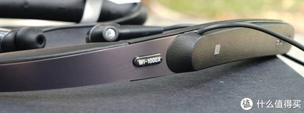 耳机背后的型号标识,外壳由金属作为骨架保证强度,两侧使用ABS塑料成型