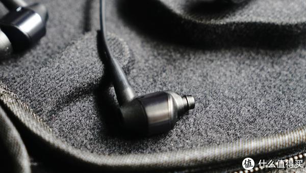可能因为光线的问题,其实耳塞连接入还是塑料的,耐用性不强,不过正常来说也不会经常换就是了