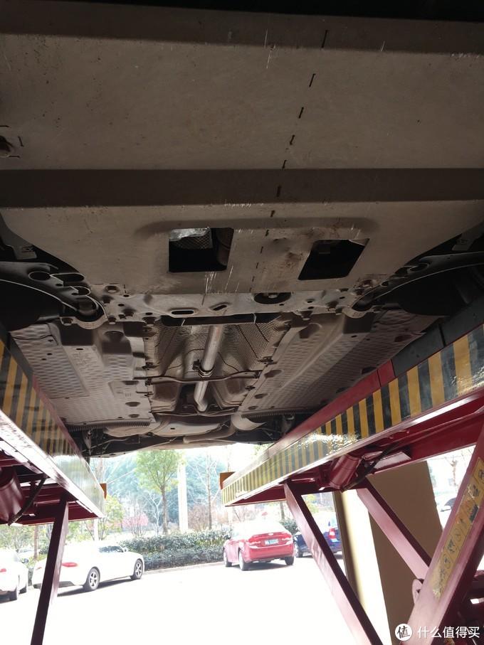 买车时候在4s配的钛合金发动机护板,也撞出来几个大坑了……还好耐造。