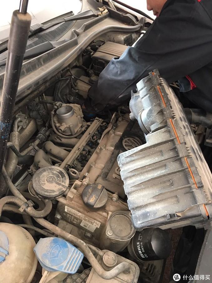 要先拆掉进去管和变速箱油接头。