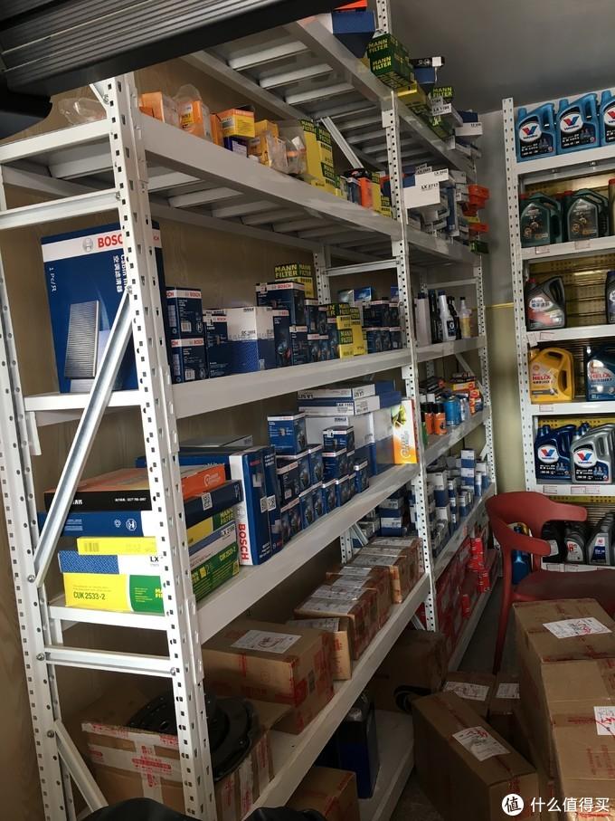 货架上客户的邮件包裹和一些保养材料。