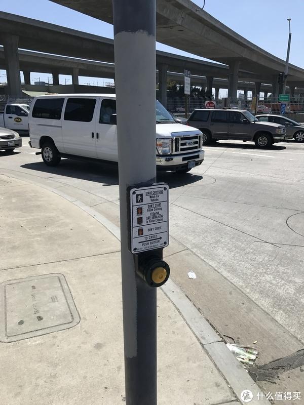 请按按钮通过信号灯路口(摄于洛杉矶机场附近)