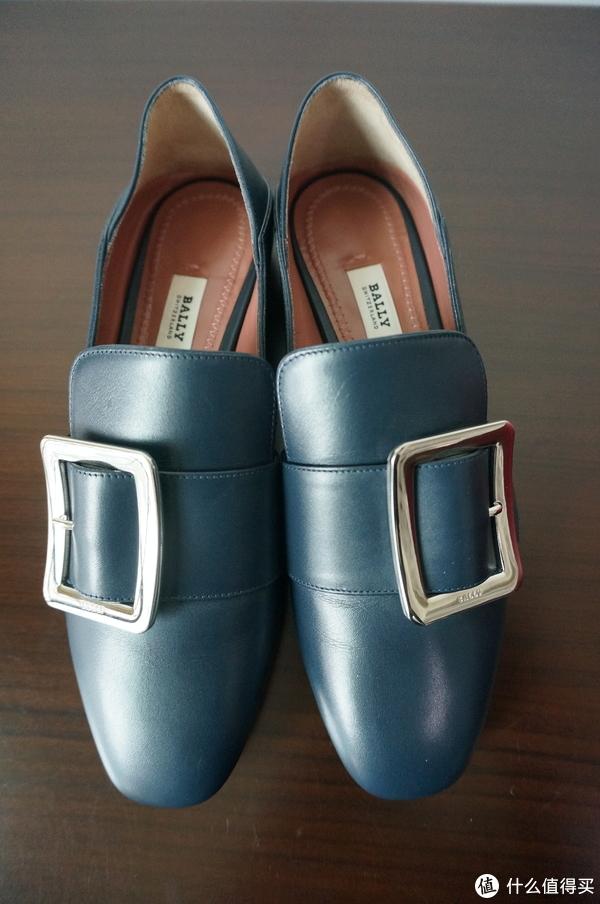 在三张正面照中能看出来鞋子的划痕还是蛮多的,但毕竟是踩在地上的也就无所谓了。