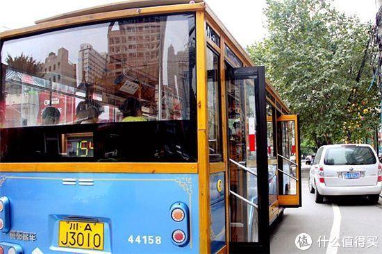 成都154路美食公交车,串起了成都最地道的苍蝇馆子。快上车,往美食开!