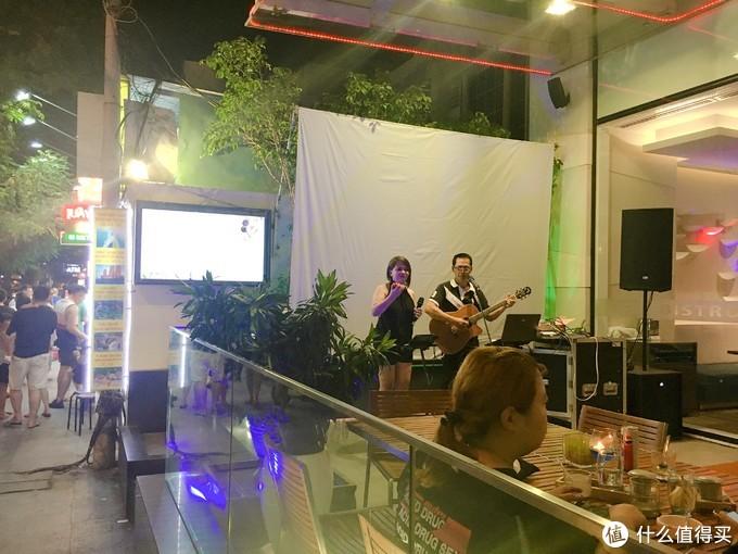 餐厅的歌手在演唱