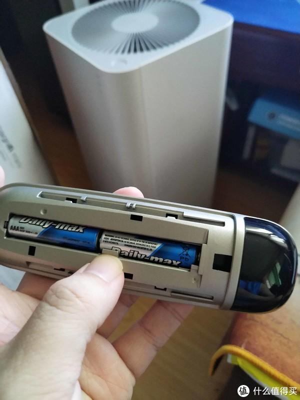 遥控电池位置惊讶发现居然有个扣子顶着电池让他不会跑的设计,手指那个位置