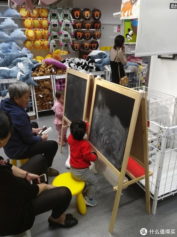 画板在宜家的摆放处,供小朋友玩耍