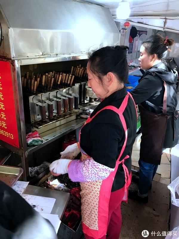 只有青岛本地人才知道的绝配美食,西镇电烤肉与臭豆腐