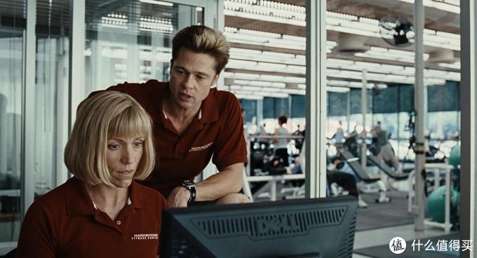 琳达和查德(布拉德皮特饰演)是健身房里的助教,大龄未婚的琳达热衷于在网上寻找男人约会,并急着想筹一笔钱来为自己整容,希望以此过上新的生活。
