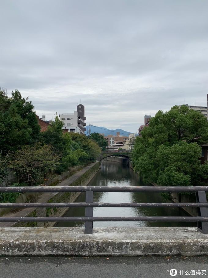 小桥流水,绿树环绕
